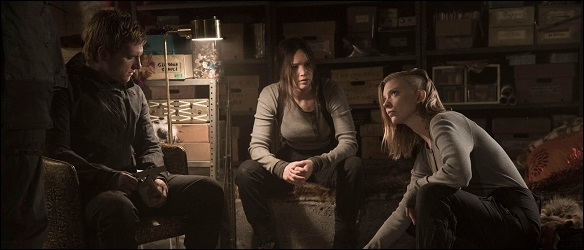 peeta-katniss-cressida-mockingjay-still
